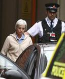 <p>Anne Darwin, l'épouse de l'homme que l'on croyait mort dans un accident de canoë en 2002 et qui est réapparu voici une semaine a été arrêtée dimanche à son retour en Grande-Bretagne, en provenance des Etats-Unis. Après que son mari, John Darwin, a été inculpé samedi pour escroquerie à l'assurance-vie et fausse déclaration elle a été arrêtée pour escroquerie présumée. /Photo prise le 9 décembre 2007/REUTERS/Phil Noble</p>