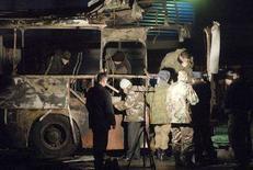 <p>Эксперты проверяют взорвавшийся автобус в Невинномыске 9 декабря 2007 года. В результате взрыва автобуса в Невинномысске (Ставропольский край) как минимум двое человек погибли и четверо получили ранения, сообщило агентство Интерфакс в воскресенье вечером со ссылкой на источники в краевом управлении МЧС. (REUTERS/Str)</p>