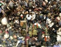"""<p>Палестинцы оплакивают погибших боевиков экстремистской группировки """"Исламский Джихад"""" в секторе Газа 18 декабря 2007 года. Израильские войска уничтожили по меньшей мере 13 палестинских боевиков в секторе Газа во вторник, что стало самым жестким ответом Израиля на регулярные ракетные обстрелы со стороны исламистской группировки ХАМАС за последние несколько месяцев. (REUTERS/Mohammed Salem)</p>"""