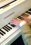 <p>Foto d'archivio di un uomo al pianoforte. REUTERS/Toby Melville (BRITAIN)</p>