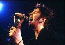 """<p>Бывший вокалист ирландской фолк-группы Pogues Шейн Мак Гован на фестивале в Монтрё, Швейцария, 16 июля 1995 года. Подразделение британской вещательной корпорации Би-би-си Radio 1 выкинуло из старого рождественского хита ирландской фолк-группы Pogues слово """"faggot"""", одно из значений которого оскорбительно для гомосексуалистов. (REUTERS\File Photo)</p>"""