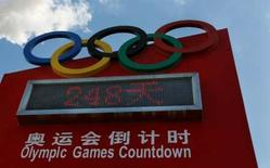 <p>Compte-à-rebours officiel des Jeux olympiques, à Pékin. Le Comité international olympique a attribué les droits des Jeux de Pékin sur internet et les plates-formes de téléphones mobiles pour la Chine à la filiale numérique de la chaîne de télévision nationale chinoise CCTV. Le CIO a déjà vendu les droits télévisés en Chine à CCTV. /Photo d'archives/REUTERS/Claro Cortes IV</p>