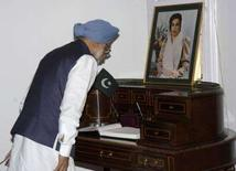 <p>Премьер-министр Индии Манмохан Сингх отдает дань уважения Беназир Бхутто, лидеру пакситанской оппозиции, убитой в четверг, Дели. 28 декабря 2007 года.Главы ведущих государств мира возмущены убийством лидера пакистанской оппозиции Беназир Бхутто и обеспокоены судьбой страны, располагающей ядерным арсеналом. (REUTERS/Stringer)</p>