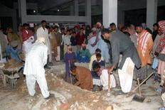 <p>Рабочие готовят могилу для Беназир Бхутто в ее фамильном склепе рядом с могилой ее отца Зульфикара Али Бхутто, в окресностях деревни Наудеро, 28 декабря 2007 года.Тысячи скорбящих пакистанцев простились с убитой накануне Беназир Бхутто, лидером оппозиции и экс-премьером страны, которую в пятницу похоронили в фамильном склепе в родной деревне. (REUTERS/Nadeem Soomro)</p>