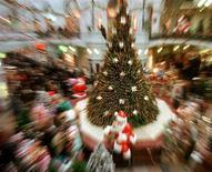 <p>Immagine d'archivio di regali sotto un albero di Natale. CVI</p>