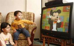 <p>Immagine d'archivio di bambini davanti alla tv. REUTERS/Suhaib Salem (GAZA)</p>