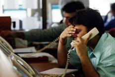 <p>Due ragazzi al telefono. REUTERS/Arko Datta</p>