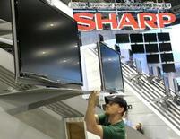 <p>Le japonais Sharp projette une hausse de 10% de ses ventes et de son bénéfice d'exploitation pour son prochain exercice qui commence en avril. /Photo prise le 4 janvier 2008/REUTERS/Las Vegas Sun/Steve Marcus</p>