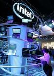 <p>Intel a présenté au CES, le salon de l'électronique grand public de Las Vegas, des puces de pointe pour les appareils portables et les équipements électroniques domestiques, ouvrant de nouvelles perspectives de croissance alors que le marché des processeurs pour ordinateurs est arrivé à maturité. /Photo prise le 7 juin 2008/REUTERS/Steve Marcus</p>