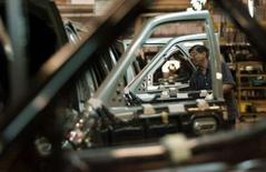 """<p>Tata Motors dévoilera ce jeudi son modèle le plus audacieux jamais commercialisé: un véhicule à 2500 dollars (1699 euros), le moins cher au monde. Avec ce modèle déjà surnommé """"la voiture du peuple"""", le constructeur indien cherche à se renforcer sur des marchés hautement concurrentiels tels que l'Inde, la Russie et la Chine. /Photo d'archives/REUTERS/Punit Paranjpe</p>"""