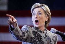 """<p>Кандидат в президенты США от демократической партии Хилари Клинтон выступает во время предвыборной компании в штате Нью-Хэмпшир 8 яванря 2008 года. Кандидат от демократической партии на президентских выборах в США Хиллари Клинтон сумела вернуть себе место фаворита в борьбе за пост единого претендента от демократов. Во вторник она опередила своего основного конкурента Барака Обаму на предварительных выборах или """"праймериз"""" в штате Нью-Хэмпшир. (REUTERS/Carlos Barria)</p>"""