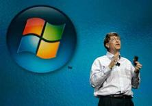 <p>Bill Gates davanti al logo Microsoft in una foto d'archivio. REUTERS/Rick Wilking</p>