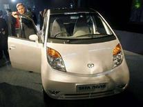 """<p>Il presidente di Tata Group Ratan Tata in un'immagine che lo ritrae assieme alla """"Nano"""" nel momento del lancio al nono Auto Expo di Nuova Delhi oggi. REUTERS/Adnan Abidi</p>"""