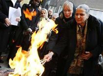 <p>L'attrice di Hollywood e ambasciatrice Unicef Mia Farrow (seconda da destra) accende una torcia olimpica a Sarajevo con i sopravvissuti del genocidio della Bosnia. REUTERS/Damir Sagolj</p>