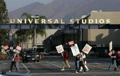 <p>Una immagine della protestya degli sceneggiatori davanti alla sede degli Universal Studios a Los Angeles. REUTERS</p>