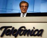 <p>Cesar Alierta, président de Telefonica. Le groupe télécoms annonce qu'il prendra une participation supplémentaire de 2,22% dans China Netcom pour environ 309 millions d'euros, ce qui portera sa part dans l'opérateur chinois à 7,22%. /Photo prise le 10 mai 2007/REUTERS/Sergio Perez</p>