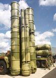 <p>Фотография зенитно-ракетного комплекса С-300, сделанная на аэродроме в Жуковском 18 августа 1999 года. Иран находится на завершающей стадии переговоров о покупке зенитно-ракетных комплексов С-300 у Белоруссии, сообщило международное агентство оборонной информации Jane's со ссылкой на источники в белорусском ВПК. (REUTERS/VIKTOR KOROTAYEV)</p>
