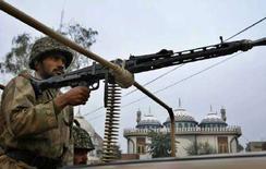 <p>Военнослужащий пакистанской армии охраняет мечеть в городе Мултан 17 января 2008 года. Пакистанские войска уничтожили до 90 боевиков в приграничном с Афганистаном Южном Вазиристане в пятницу, сообщили вооруженные силы страны. (REUTERS/Asim Tanveer)</p>