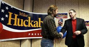 <p>Chuck Norris insieme al candidato repubblicano Mike Huckabee durante un momento della campagna elettorale. REUTERS/Jeff Haynes (UNITED STATES)</p>