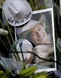 "<p>Una foto di Heath Ledger dal film ""Brokeback Mountain"" tra i fiori davanti all'edificio dove l'attore è morto a New York. REUTERS/Nicholas Roberts</p>"