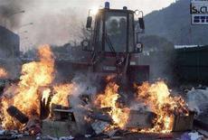 <p>Rifiuti bruciano in strada a Napoli. REUTERS/Salvatore Esposito/Agnfoto</p>