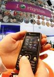 <p>Le fabricant de téléphones portables Sony Ericsson a conclu des accords avec dix maisons de disques, ce qui devrait lui permettre d'ajouter cinq millions de nouveaux titres au catalogue disponible via son service PlayNow, qui permet aux utilisateurs de télécharger de la musique grâce à leurs téléphones mobiles. /Photo d'archives/REUTERS/Christian Charisius</p>