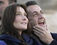 <p>Sarkozy potrebbe denunciare Ryanair per pubblicità con la Bruni. Carla Bruni e il presidente francese in un'immagine scattata lo scorso dicembre. REUTERS PICTURE</p>