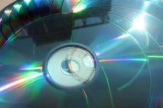 <p>L'industrie du disque, secouée par des réductions d'effectifs, les protestations d'artistes et la chute de ses ventes mondiales, tente désormais de définir une nouvelle stratégie pour développer les ventes de musique numérique et contrebalancer la chute des ventes de CD. /Photo d'archives/REUTERS/Catherine Benson</p>