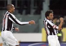 <p>Alessandro Del Piero festeggia con David Trezeguet il gol segnato contro il Livorno, 27 gennaio 2008. REUTERS/Giampiero Sposito</p>