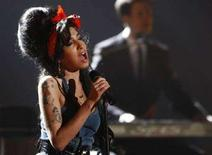 <p>Amy Winehouse canta alla cerimonia degli Mtv Europe Awards dello scorso novembre. REUTERS/Michael Dalder (GERMANY)</p>