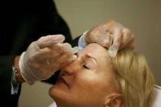 <p>Врач Эндрю Элквуд вкалывает своей пациентке дозу препарата Botox в Нью-Йорке 17 июля 2007 года. Регулирующие органы США еще раз проверили препарат Botox компании Allergan Inc на безопасность после сообщений о летальных случаях и серьезных последствиях после применения препарата у некоторых пациентов. (REUTERS/Lucas Jackson)</p>