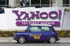 <p>Una Mini Cooper col logo Yahoo! Mobile davanti alla sede principale della società, a Sunnyvale, in California.REUTERS/Kimberly White (UNITED STATES)</p>