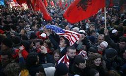 <p>Этнические албанцы, населяющие Косово, празднуют провозглашение независимости от Сербии в центре Приштины 17 февраля 2008 года. Сербский край Косово, провозгласивший себя суверенным демократическим государством в воскресенье, ожидает признания своей независимости со стороны западных держав, несмотря на то, что РФ, поддерживая Сербию, призвала ООН аннулировать решение края об отделении. (REUTERS/Stoyan Nenov)</p>