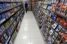 <p>Dans un magasin de location de DVD à Taipei, à Taïwan. L'uniformisation prévisible des DVD à la norme Blu-ray, après que Toshiba a semble-t-il jeté l'éponge et renoncé au format concurrent HD DVD, apparaît comme une aubaine pour le consommateur qui pourra voir des films en haute définition tout en bénéficiant d'une probable baisse des prix. /Photo prise le 18 février 2008/REUTERS/Nicky Loh</p>