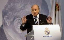 <p>Президент ФИФА Зепп Блаттер выступает с речью Мадриде, 17 февраля 2008 года. February 17, 2008. Испания может быть исключена из проведения международных футбольных соревнований, если правительство страны будет продолжать оказывать давление на футбольную федерацию с требованием провести досрочные выборы, сообщил глава Международной ассоциации футбольных федераций (ФИФА) Зепп Блаттер. (REUTERS/Andrea Comas)</p>