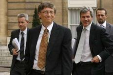 <p>Глава крупнейшего в мире поставщика программного обеспечения Microsoft Билл Гейтс (второй слева) в Париже 29 января 2008 года. (REUTERS/Benoit Tessier)</p>