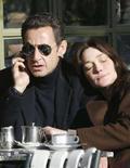 <p>Carla Sarkozy abbracciata al marito Nicolas che parla al telefono. REUTERS/Antoine Gyori (FRANCE)</p>