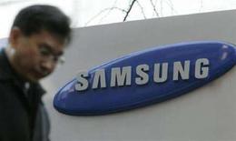 <p>Un uomo passsa vicino ad un insegna Samsung. REUTERS/Han Jae-Ho (SOUTH KOREA)</p>