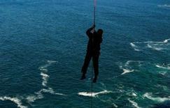 <p>Un pêcheur a nagé 12 heures et son collègue est resté en mer pendant 30 heures jusqu'à ce qu'un hélicoptère le repère après le naufrage de leur chalutier, jeudi au large des côtes australiennes, ont annoncé les secouristes. /Photo d'archives/REUTERS</p>