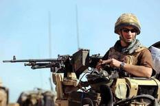 <p>Принц Гарри на месте стрелка бронетранспортера Spartan в провинции Гельменд 18 февраля 2008 года. Принц Гарри, проходящий военную службу в Афганистане, покинет территорию этой страны после того, как новости о том, что он уже два с половиной месяца служит в составе коалиционных сил, просочились в интернет, сообщило министерство обороны Великобритании в пятницу. (REUTERS/John Stillwell/Pool)</p>