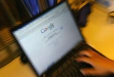 """<p>Le directeur général de Google, Eric Schmidt, a présenté lors d'une conférence en Floride son service """"Google Health"""" (Google Santé) destiné à aider les patients à mieux contrôler leurs dossiers médicaux et à favoriser le partage sécurisé des données médicales entre les professionnels de santé. /Photo d'archives/REUTERS/Jason Lee</p>"""