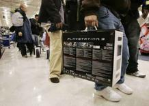 <p>Si 2006 a été l'année de la Xbox 360 et 2007 celle de la Wii, la PlayStation 3 de Sony pourrait bien occuper le devant de la scène en 2008. /Photo d'archives/REUTERS/Tami Chappell</p>