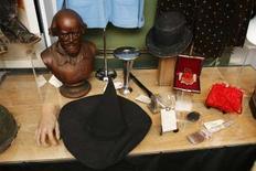 """<p>Cela a tout pour être la collection d'objets cultes contemporains la plus complète, du pistolet qui a servi à abattre l'assassin de John F. Kennedy au chapeau de la Méchante sorcière de l'Ouest dans le film """"Le Magicien d'Oz"""". Tous ces objets de légende, amassés depuis 25 ans par le promoteur américain Anthony Pugliese, seront mis aux enchères en mars à Las Vegas. /Photo prise le 28 février 2008/REUTERS/Lucas Jackson</p>"""