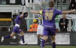 <p>Il calciatore viola Pablo Daniel Osvaldo (a sinistra) festeggia il gol contro la Juve. REUTERS/Alessandro Garofalo (ITALY)</p>