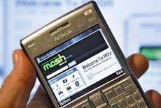 <p>L'home page del sito di social networking di Nokia su un telefonino del colosso finlandese REUTERS/Bob Strong/Files</p>