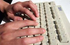 <p>Una donna lavora a un computer IBM. REUTERS/Catherine Benson CRB</p>