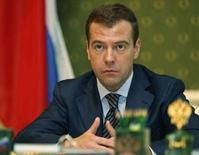 <p>Дмитрий Медведев выступает на заседании в Москве 13 марта 2008 года. Избранный президент России Дмитрий Медведев призвал экспертов вне Кремля стимулировать публичную дискуссию об экономических и социальных проблемах страны. REUTERS/RIA Novosti/Pool/Dmitry Astakhov</p>