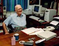 <p>Писатель-фантаст Артур Кларк в своем доме в столице Шри-Ланки Коломбо, 19 января 1999 года. Всемирно известный британский писатель-фантаст Артур Кларк умер на Шри-Ланке в возрасте 90 лет, сообщил секретарь писателя Роан да Сильва. STR/REUTERS</p>