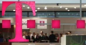 <p>Les opérateurs de télécommunications européens ont souffert en Bourse mercredi, les commentaires de Deutsche Telekom sur ses activités fixes, censés rassurer les investisseurs, ayant été perçus comme un avertissement. Le groupe allemand a dit tabler sur une baisse de 4% à 6% de son chiffre d'affaires et un recul de 5% à 8% de son excédent brut d'exploitation dans le fixe cette année, une perspective qui a fait chuter son cours de près de 7%. /Photo prise le 2 mars 2008/REUTERS/Hannibal Hanschke</p>
