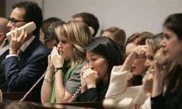 <p>Alcuni impiegati della casa d'aste Christie's raccolgono le offerte per telefono durante un'asta di dipinti di artisti impressionisti. REUTERS/Mike Segar</p>